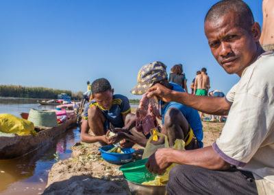 Tsiribihina - Préparation du repas de midi