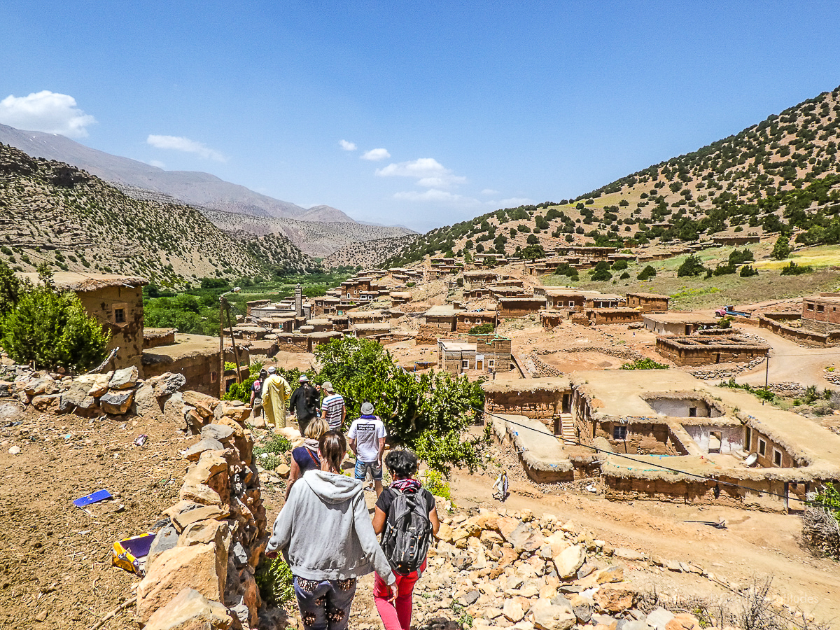 Maroc - R'bat, les jeunes marchent village